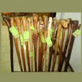 Zurriagos y bastones tallados en madera